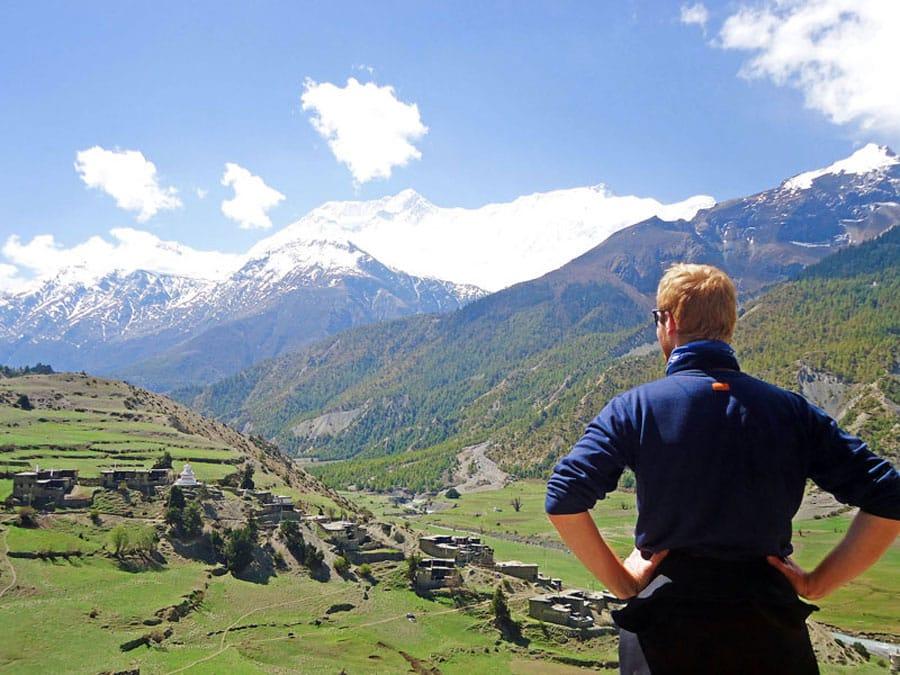 Annapurna Circuit: Sebastian genießt die atemberaubende Aussicht
