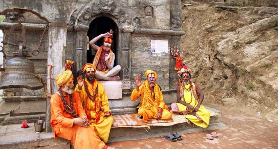 Kathmandu Sehenswürdigkeiten: Gläubige Sadhus in Pashupatinath