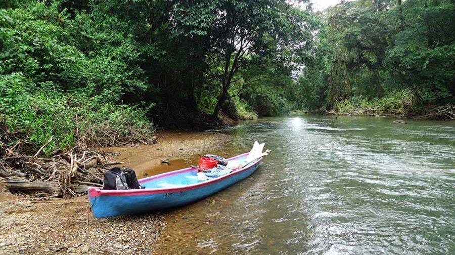 In unserem Kanu ruderten wir den Rio San Juan entlang.
