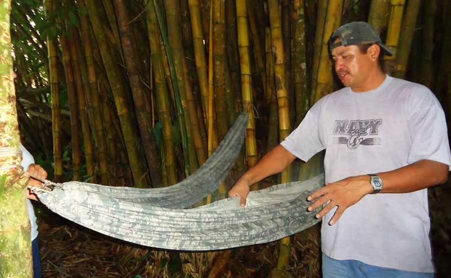 Unser Guide José gibt letzte Tipps für die Nacht. Unser Bett: Hängematten mitten im Dschungel!