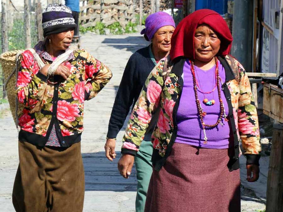 Annapurna Circuit: Nepalesinnen in Ghorepani vor Lodges