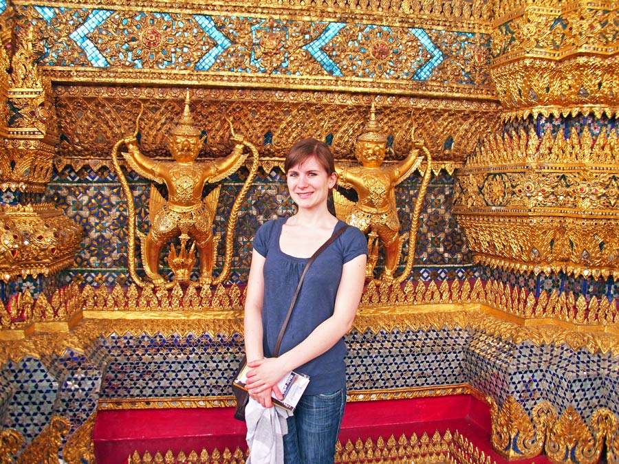 Asiatische Kultur: Anne in Jeans und T-Shirt vor einem wunderschönen Tempel in Thailand