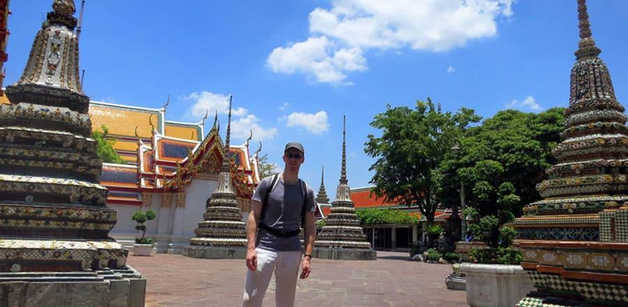 Strahlender Himmel und wunderschöne Tempel in Bangkok