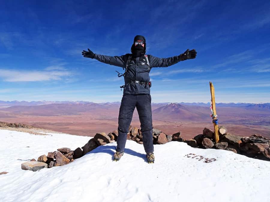 Trekking Bolivien: Sebastian hat in Bolivien seinen ersten 6.000er bestiegen! Trotz der Minus 15 Grad und des starken Windes hat er den 6.024 Meter hohen Vulkan Uturuncu bezwungen.