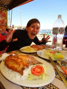 Gesundheitstipps: Eine frisch gefangene Forelle am Titicacasee in Bolivien