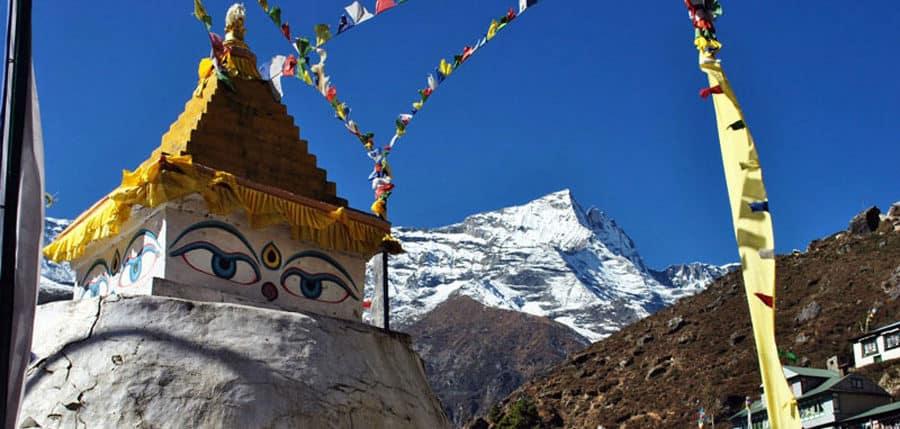 Wunderschöne buddhistische Stupa im Himalaya-Gebirge