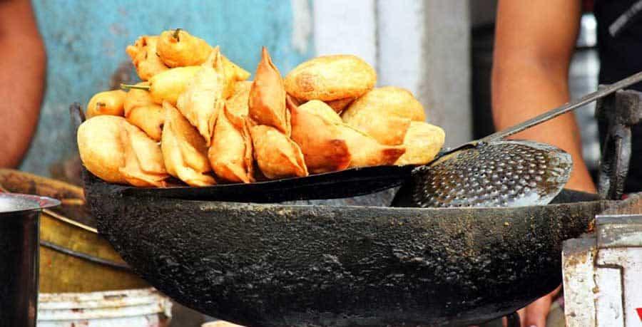 Leckere Samosas an einem Essensstand in Pokhara