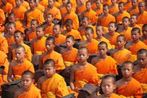 Junge Mönche bei der Meditation