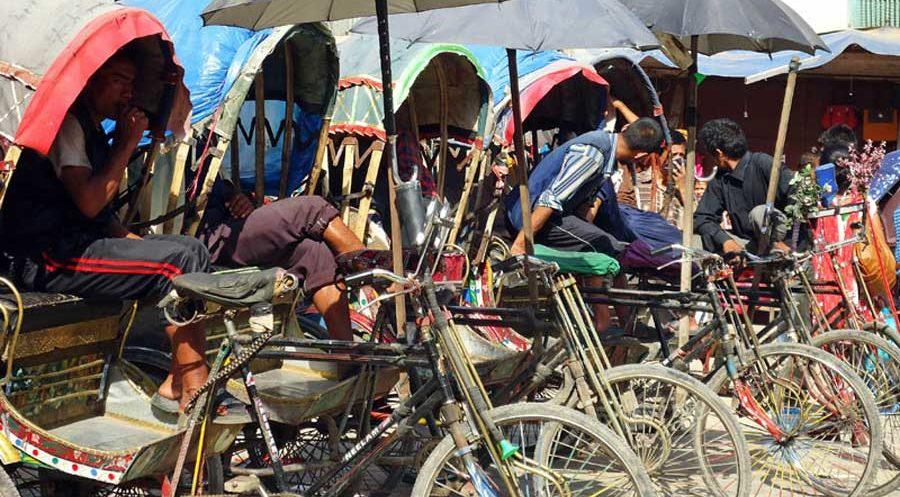 Rikscha-Fahrer in Kathmandu warten auf Kundschaft