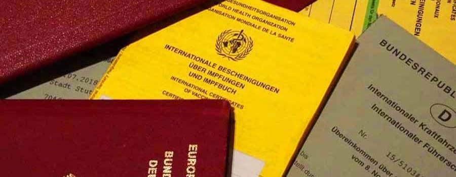 Dokumente für die Reise wie Impfpass. Wichtig: Stirnlampe, Sonnencreme und Taschenmesser