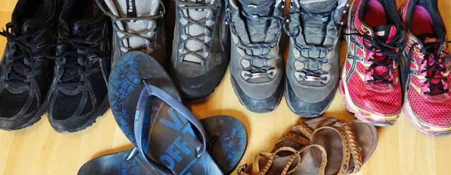 Weltreise Packliste Schuhe: Flipflops, Multifunktionstuch und Funktionsshirt