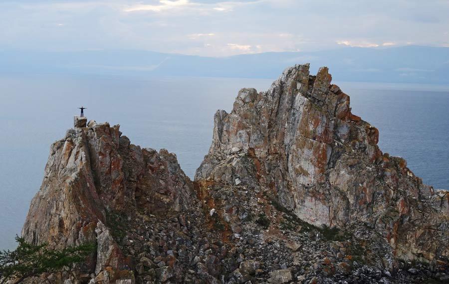 Der Schamanfelsen auf der Insel Olchon am Baikalsee.