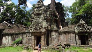 Anne vor einem Tempel von Angkor Thom