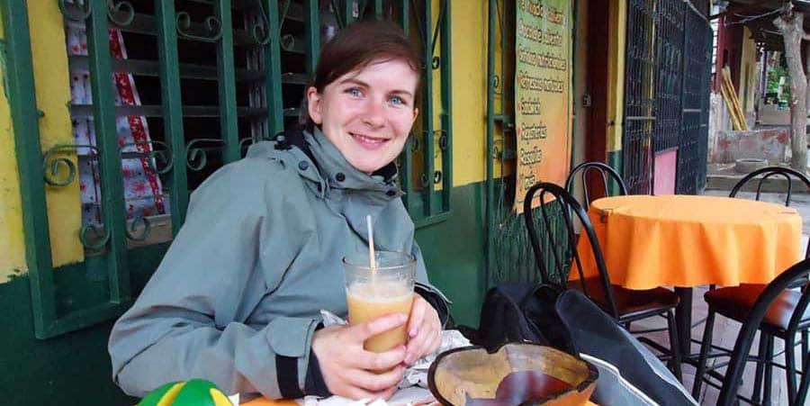 Anne genießt einen Fruchtshake in Nicaragua