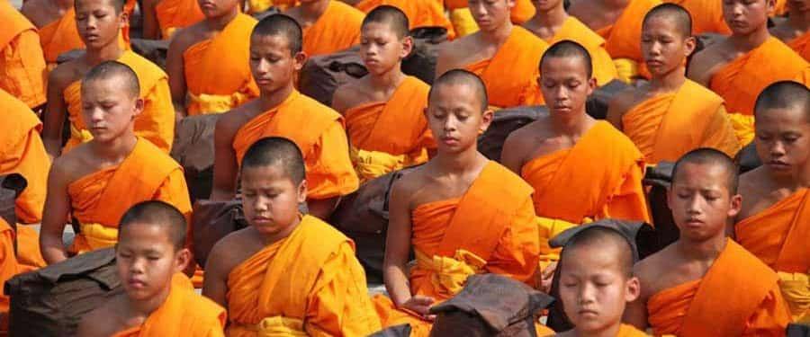 Junge Moenche bei der Meditation
