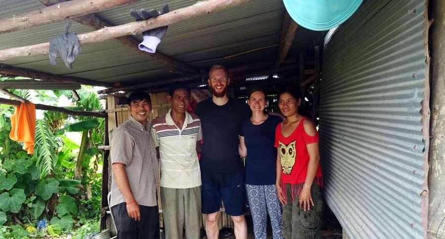 Von links: Narath (unser lokaler Kontakt), das Dorf-Oberhaupt, Sebastian, ich und Aayana (die Mutter der kleinen Familie)