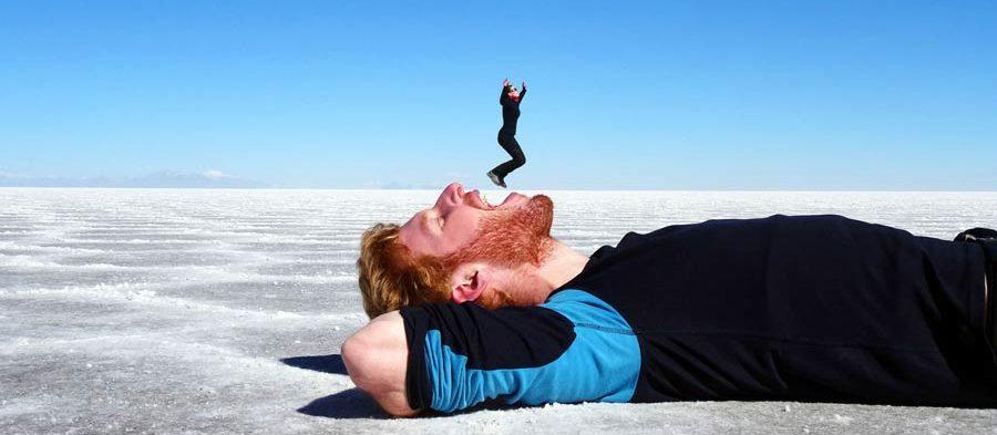 Spiel mit den Perspektiven auf dem Salar de Uyuni in Bolivien