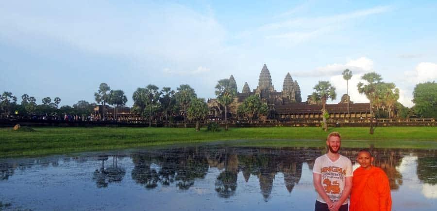 Angkor Wat Reiseführer: Sebastian zusammen mit einem jungen Moench vor Angkor Wat