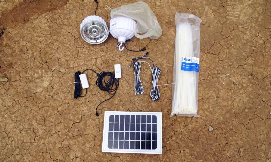 Das 10 Watt Solarmodul mit zwei LED-Lampen, Kabelbinder und Schrauben für insgesamt gerade einmal 25 USD.