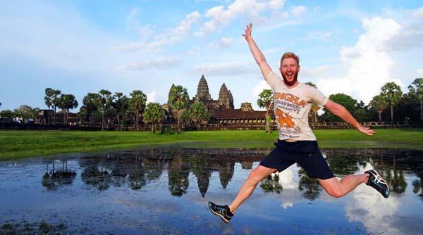 Sprungbild vor den Tempeln von Angkor Wat, Kambodscha