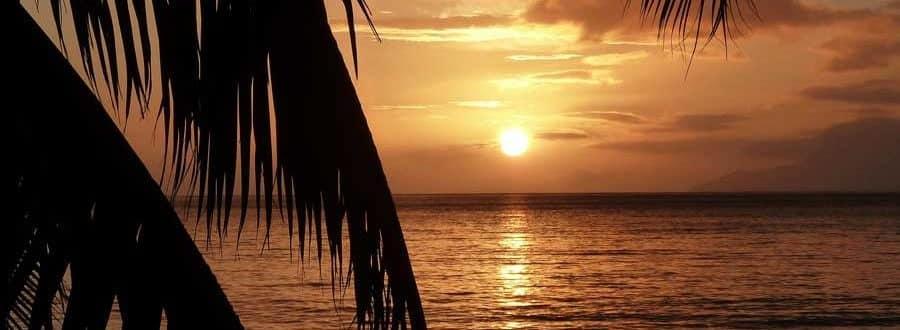 Sonnenuntergang über einem Strand in Malaysia