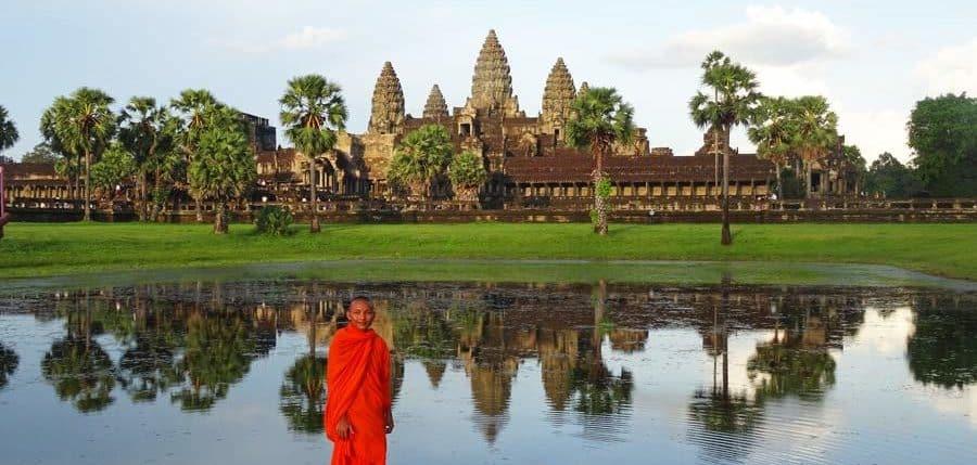 Ein junger Moench vor den wundervolllen Tempeln von Angkor Wat, Kambodscha