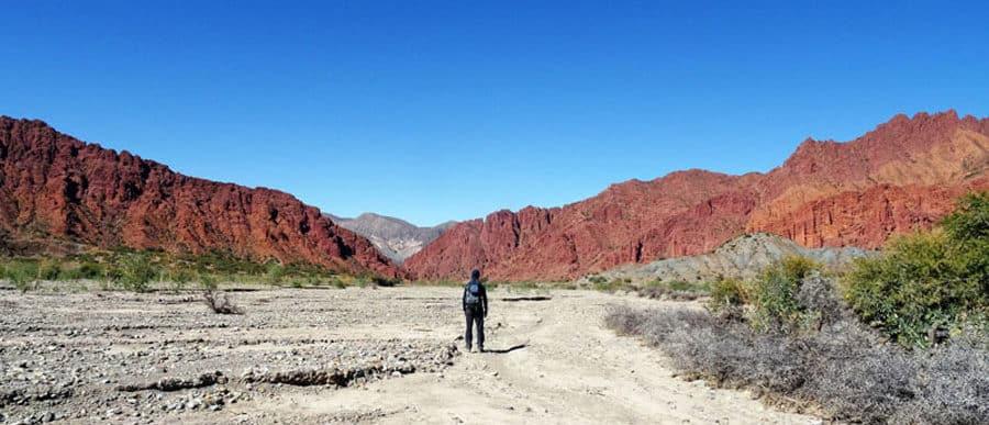 Beeindruckende Landschaften bei Tupiza, Bolivien. Wanderrucksack Mountaintop Tragesystem mit Regenhülle und Netztaschen