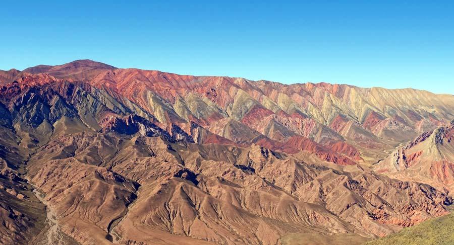 Die beeindruckenden farbigen Berge hinter Humahuaca