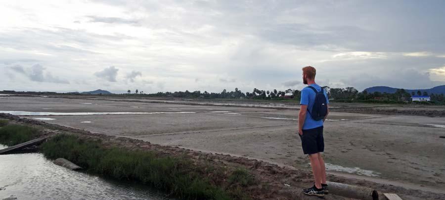 Kampot: Vor einem Salzfeld