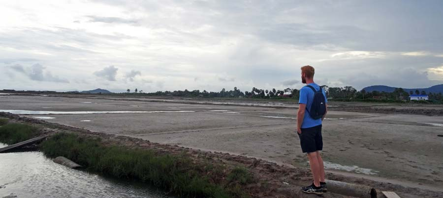 Vor einem Salzfeld bei Kampot