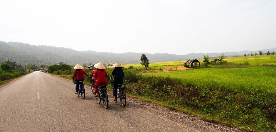 Einheimische auf dem Fahrrad in Laos