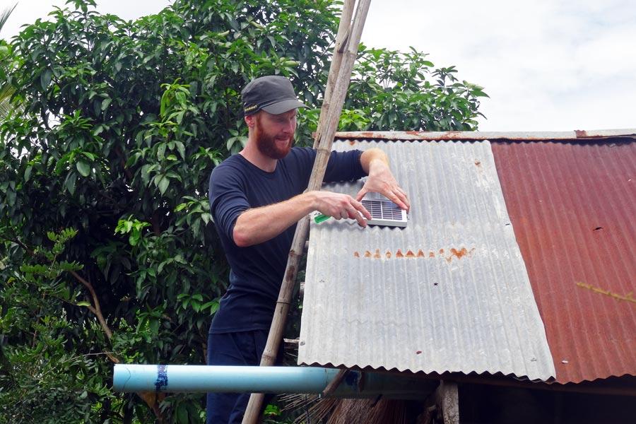 Solar Kambodscha: Sebastian in vollem Einsatz