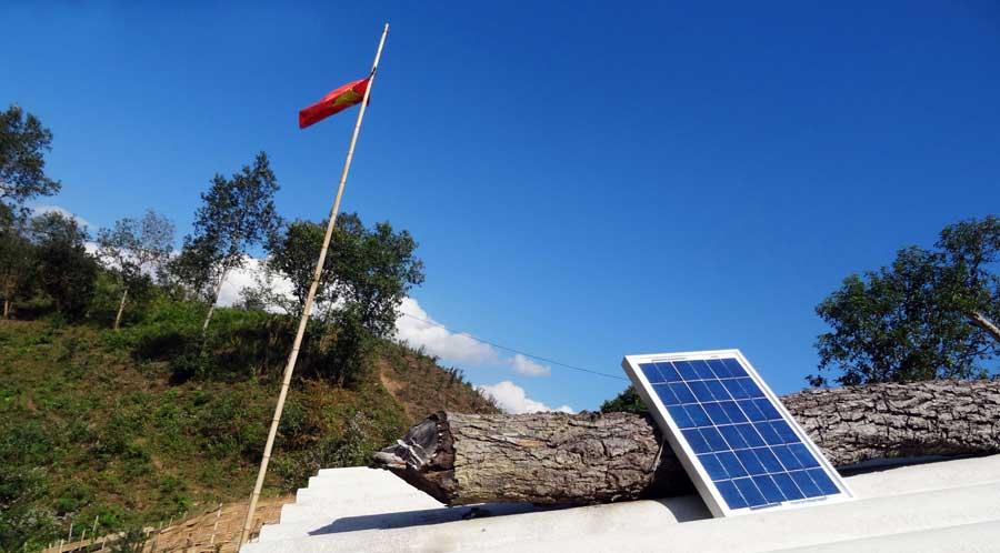 Abenteuer Vietnam: Solarmodul und Flagge