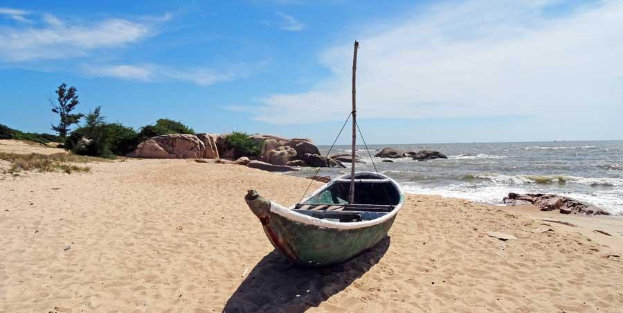 Motorrad durch Vietnam: Einsames Fischerboot