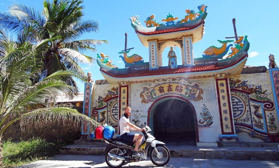 Vietnam Online Reiseführer: Vietnam Online Reiseführer: Motorrad vor einem Tempel