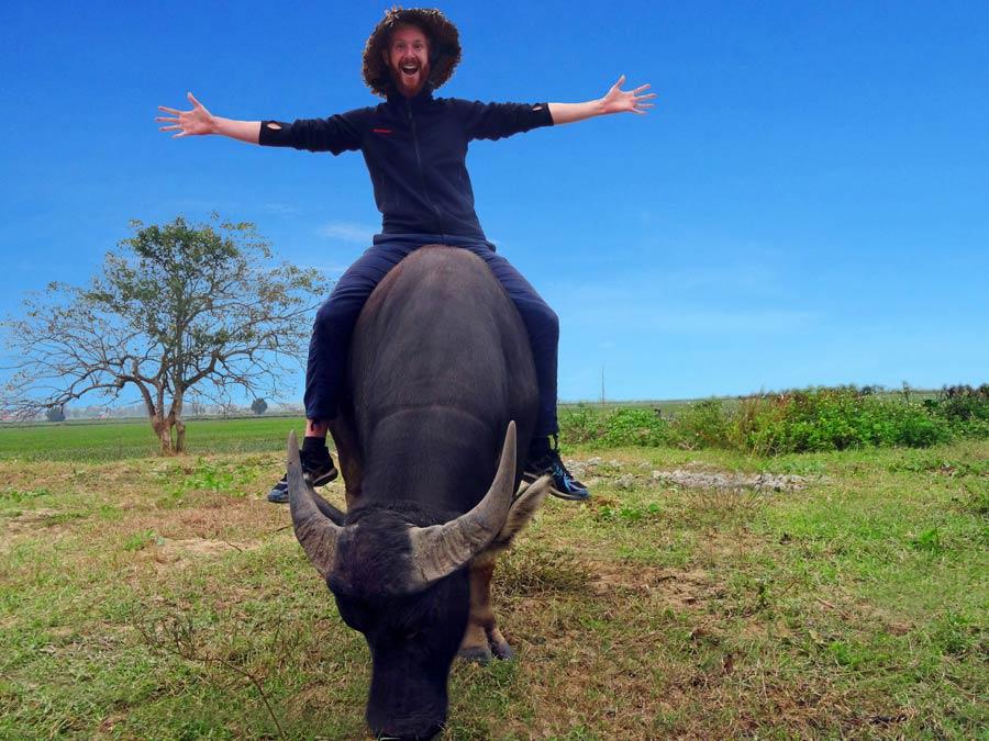 Vietnam Online Reiseführer: Sebastian auf Wasserbüffel