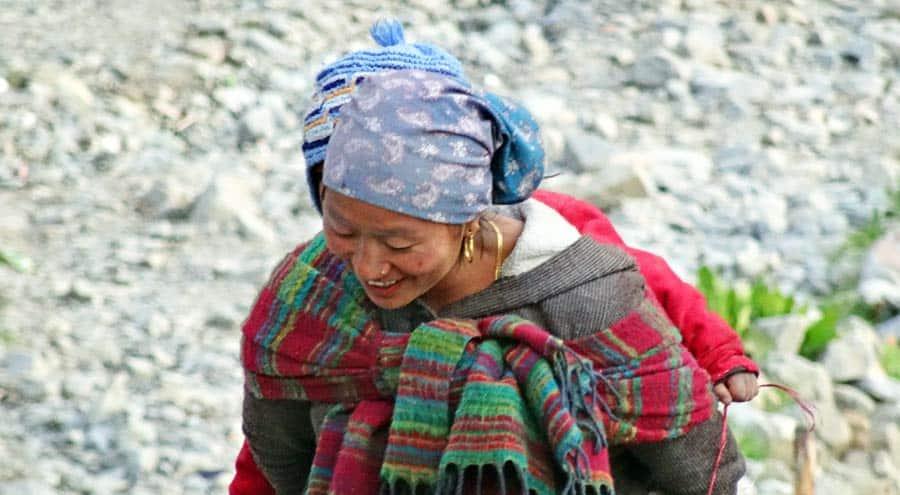 Nepal Backpacking: Frau im Kathmandu Tal