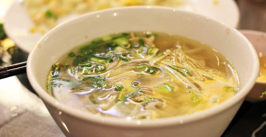 Nepalesisches Essen: Nudelsuppe aus der nepalesischen Küche