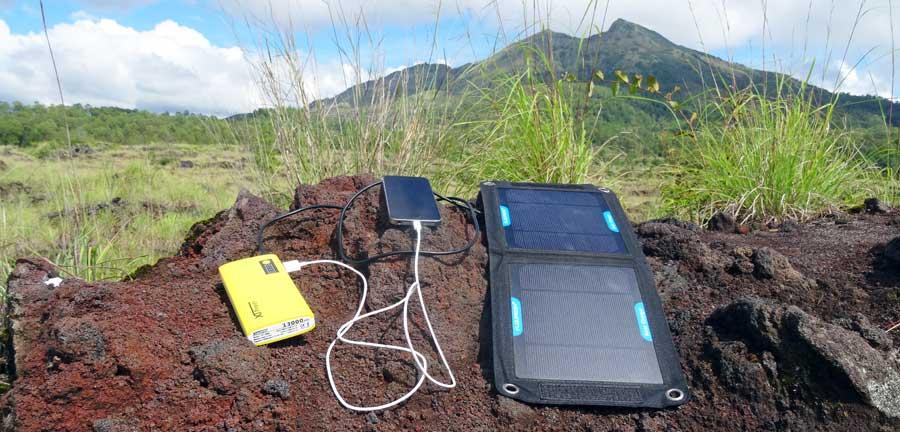 Solarenergie und Powerbank für nachhaltigen Strom auf Reisen