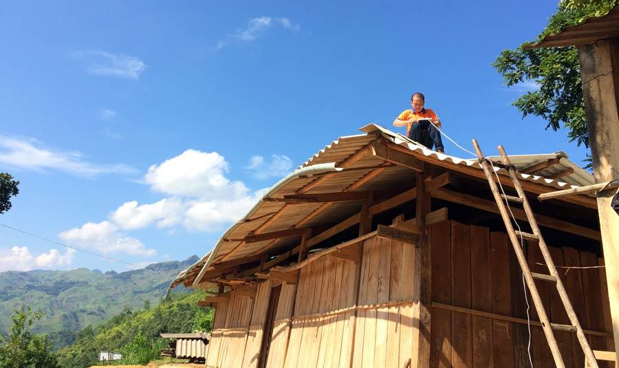 Projekthelfer-installiert-Solaranlage