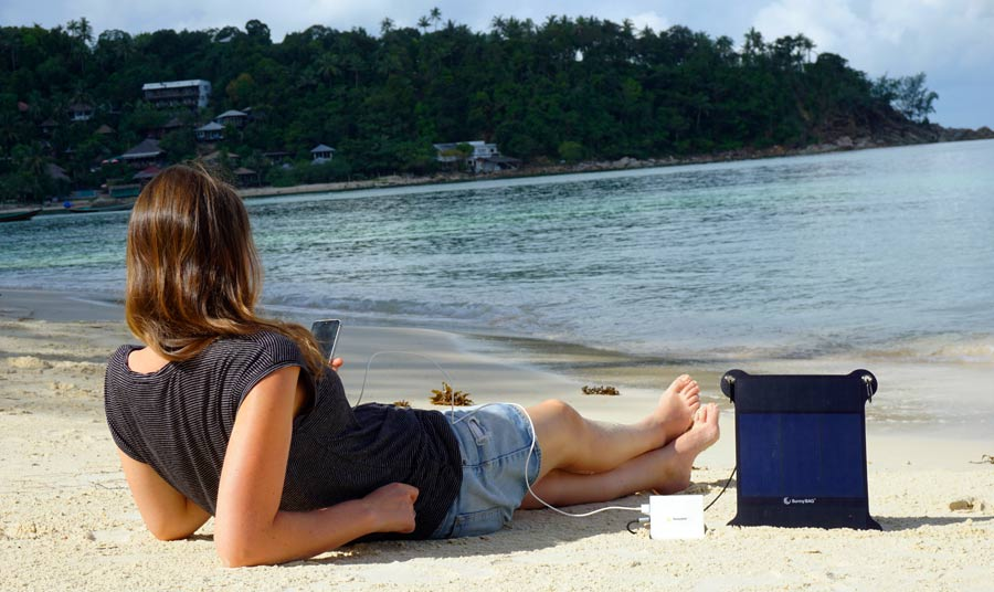 Solar-Ladegerät Test: SunnyBag am Strand