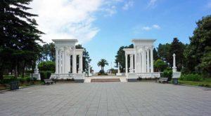 Batumi: Kolonnaden im Park