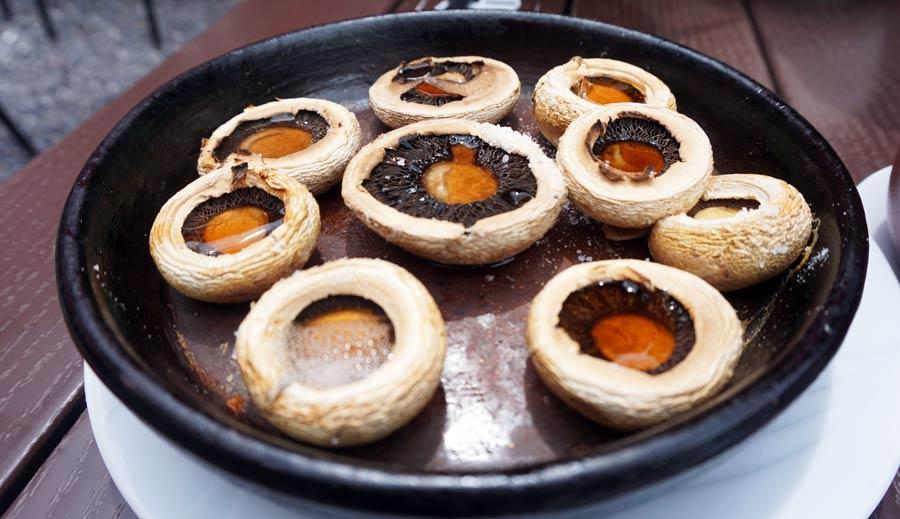 Georgische Küche: Pilze Tontopf