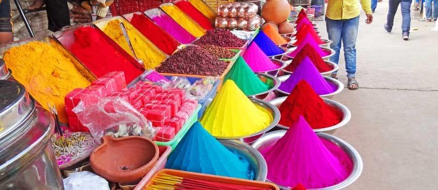 Indisches Essen: Gewürze auf einem Markt in Südindien