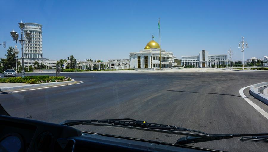 Ashgabat: Regierungsgebäude, Präsident Gurbanguly Berdimuhamedow