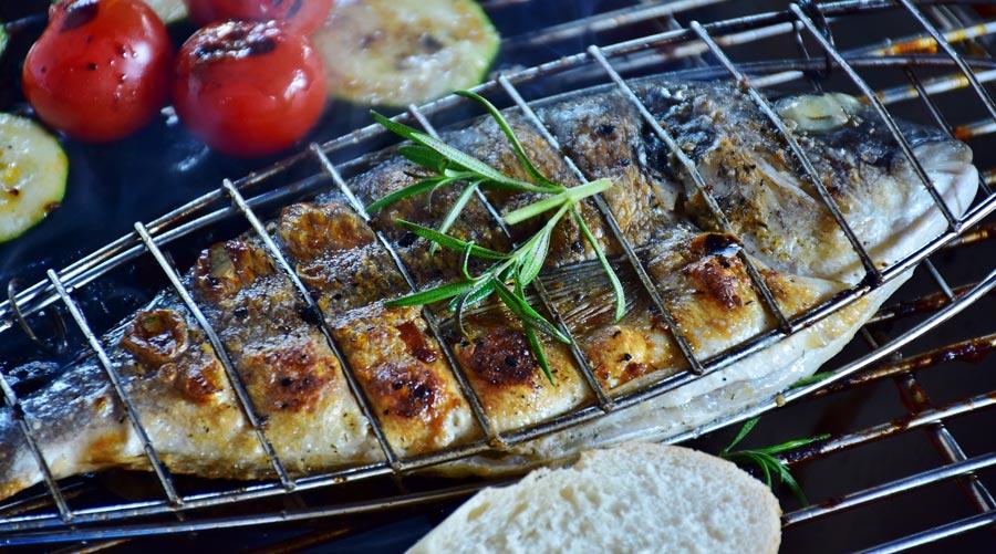 Spanisches Essen: Fisch, Gemüse, Grill