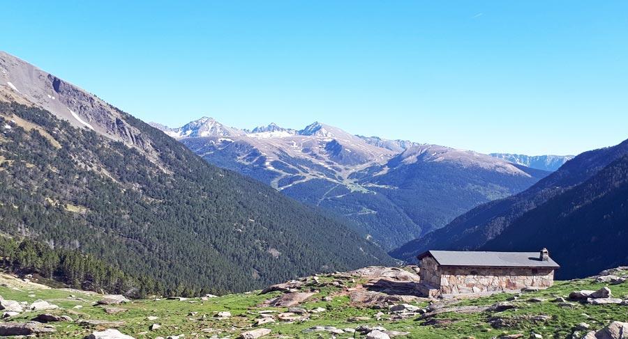 Wandern Pyrenäen, unbewirtschaftete Berghütte