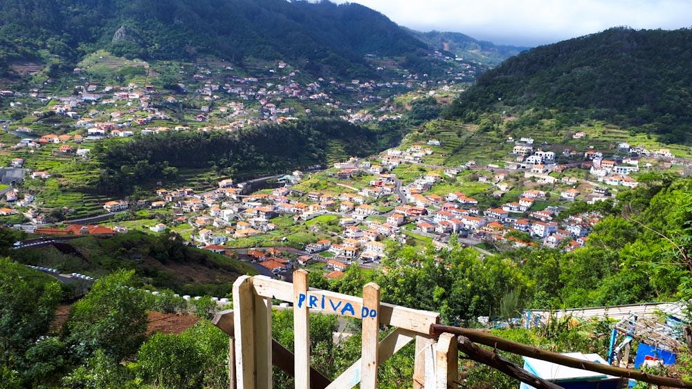 Blick auf ein Bergdorf in Madeira