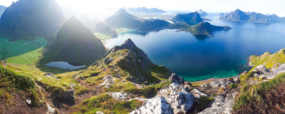 Ausblick auf Küste und Berge auf den Lofoten