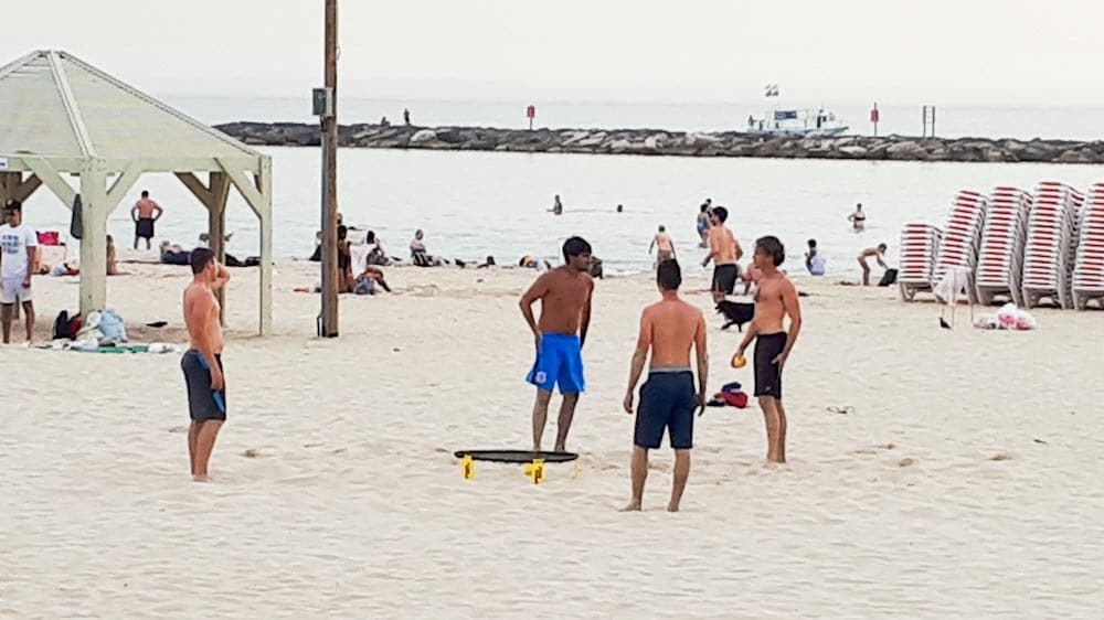 Outdoor Spiel Spikeball am Strand